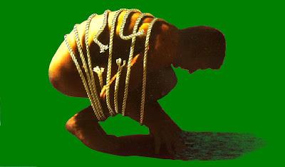 Hockender, gekrümmter Mann, symbolisch von Seilen in seiner Position gefesselt