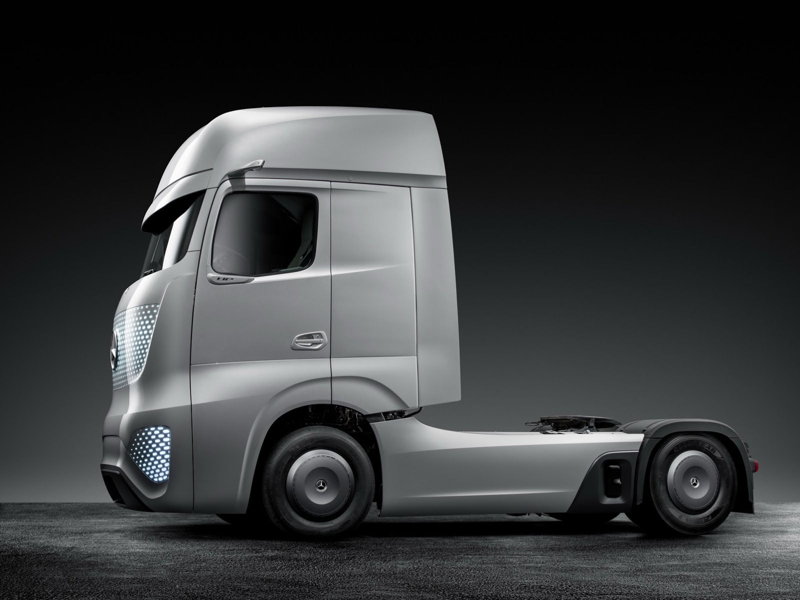 2025: Mercedes' 2025 Concept Truck Comes From The Future [65