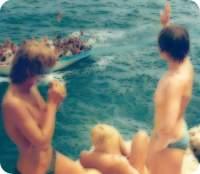 Ein größerer Ausschnitt des vorhergehenden Bildes, auf dem auch noch Freundinnen und ein vorbeifahrendes Touristenbot zu sehen ist.