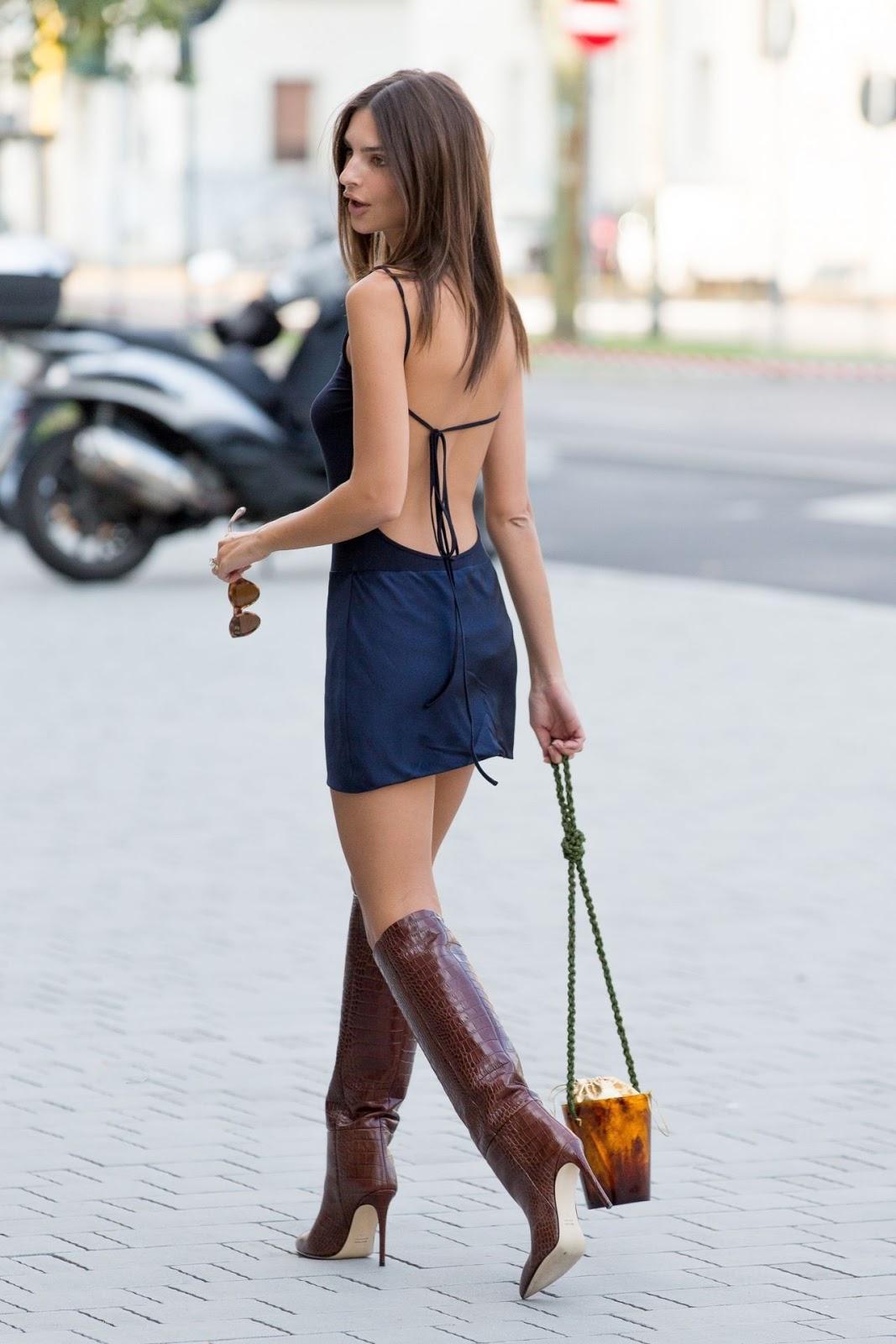 Американская актриса и модель Эмили Ратаковски идет на показ коллекции бренда Versace
