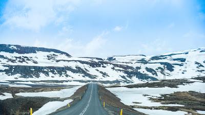 Carretera con paisaje inviernal para recorrer con campervan