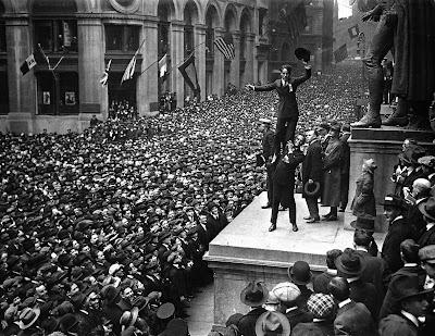 Чарли Чаплин и Дуглас Фэрбэнкс, третий тур в поддержку Займа Свободы, Нью-Йорк, 1918 г.