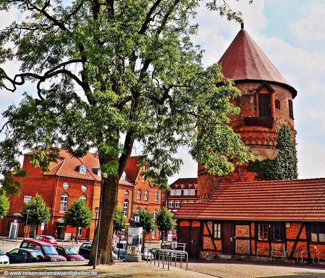 Lübzer Marktplatz mit Amtsturm und Stadtmuseum