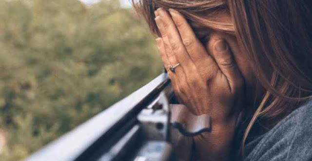Abusan de mujer, golpean a novio y la lanzan desde auto