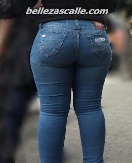 chava nalgas grandes usando pantalones apretados