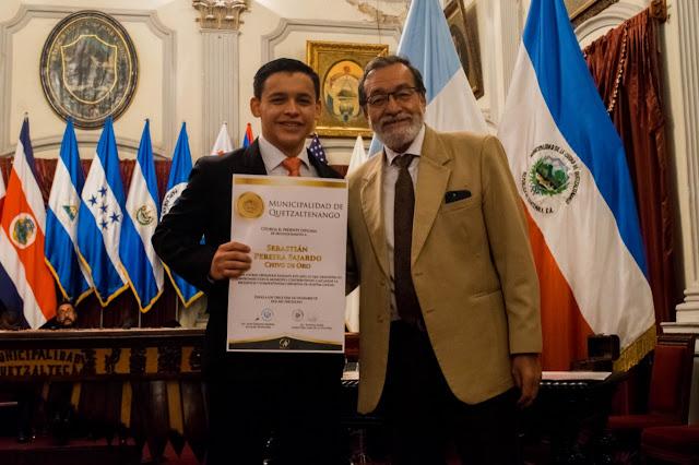 Alcalde Luis Grijalva y uno de los galardonados