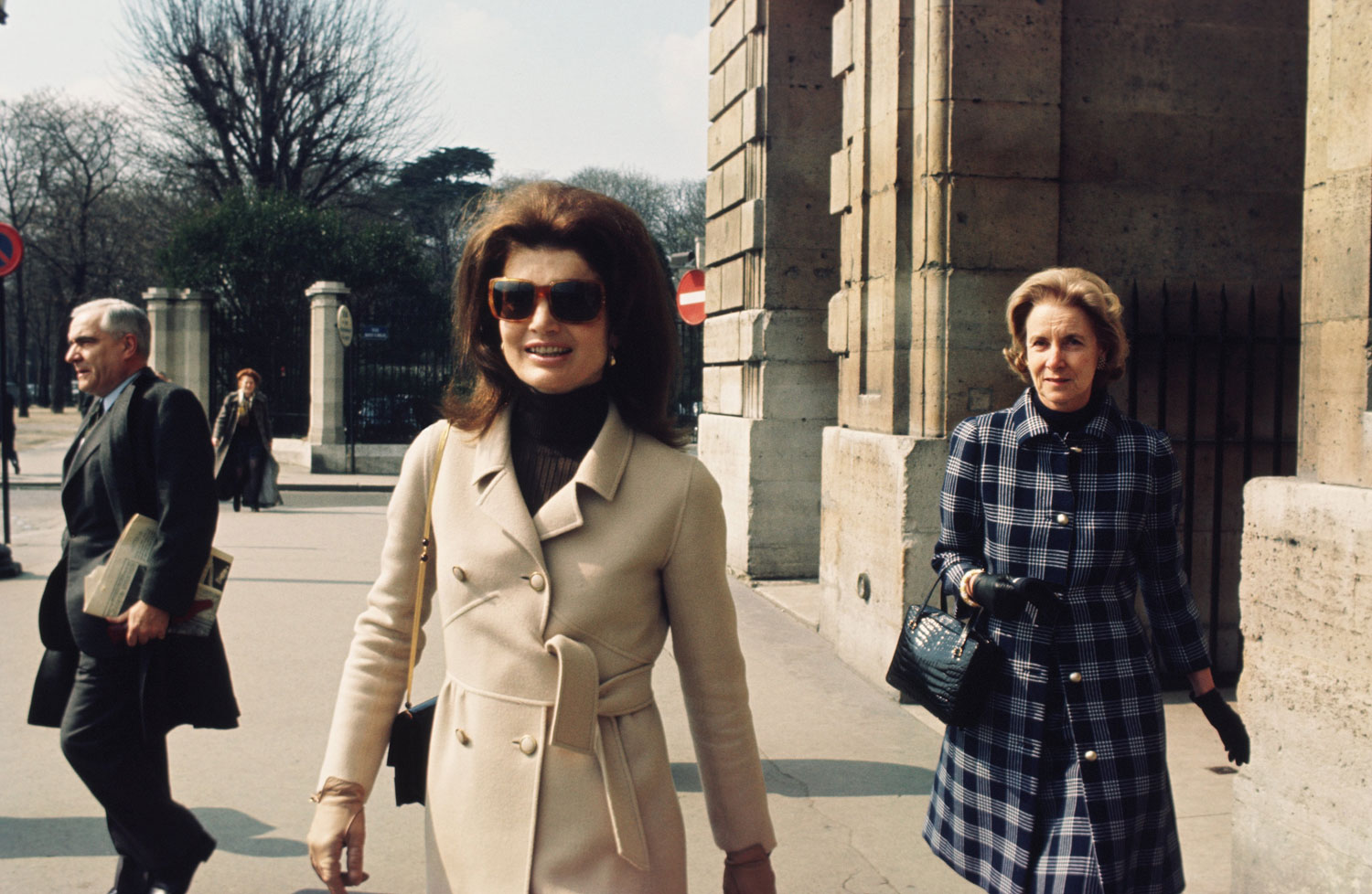 decoding jackie o 39 s signature style ways jacqueline kennedy onassis influenced fashion in the. Black Bedroom Furniture Sets. Home Design Ideas