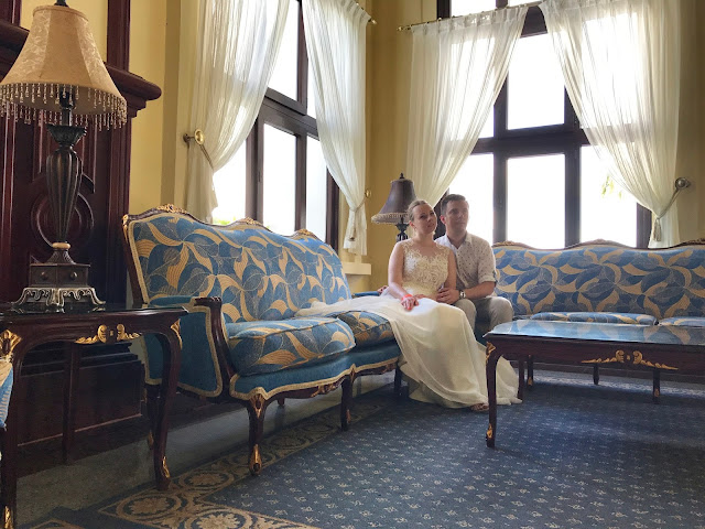 państwo młodzi w hotelu, eleganckie wnętrza