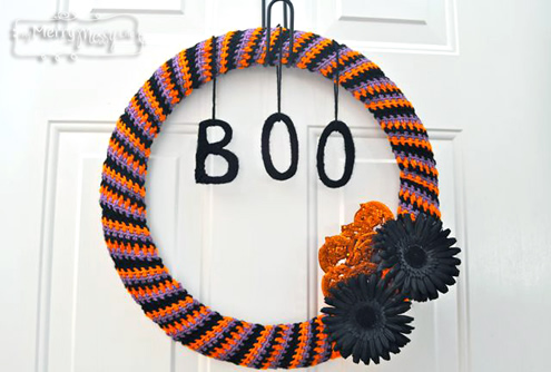 Halloween Wreath Crochet Pattern (photo by My Merry Messy Life) | Happy in Red