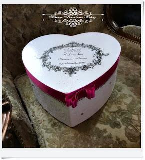 Pudełko serce – biel , reliefy , różowa wstążka i odrobina kryształków.