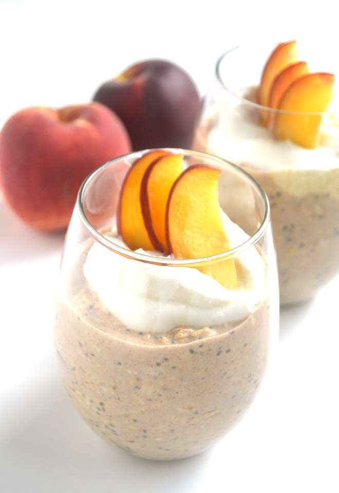 Peaches and Cream Overnight Oats take 5 minutes of prep time the night before and you will have a delicious breakfast ready to go in the morning! www.nutritionistreviews.com