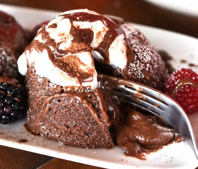 Easy Chocolate Molten Lava Cakes #desserts #chocolate