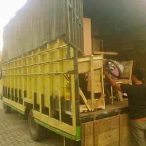 Truk angkut barang pindahan di Medan.