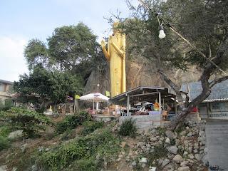 Buddha-Stature unterhlabn des Khao Takiab Bergs am Ende des Strandes von Hua Hin