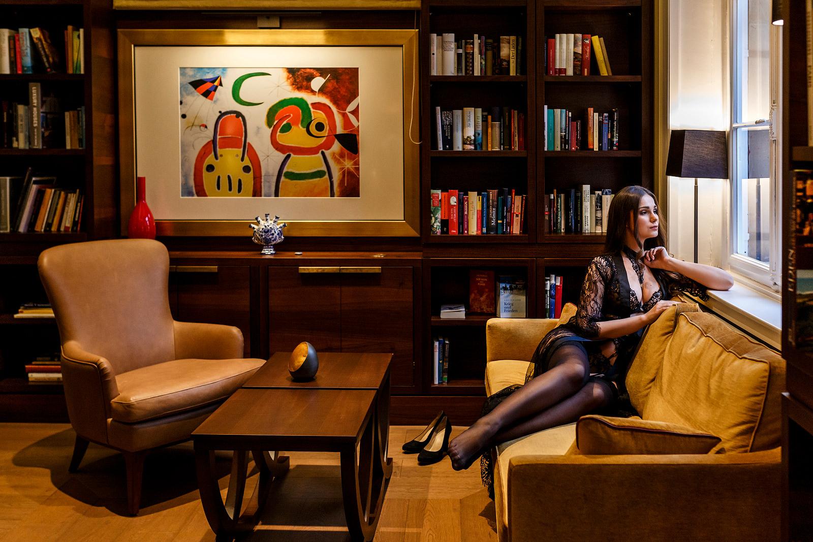 Boudoir Fotoshooting mit verschiedenen Outfits in Frankfurt im Hotel.