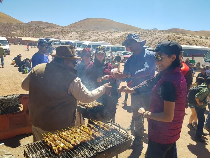 Atacama: espetinho de Carne de Lhama no povoado de Machuca