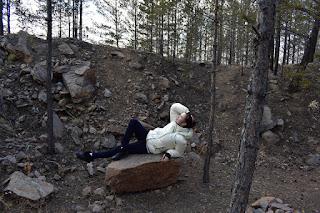 Девушка в лесу на большом камне