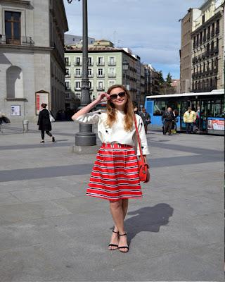 falda midi roja con lineas horizontales de moda