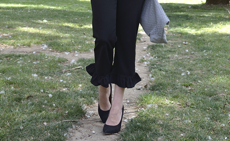 top-pantalón-volante-gris-negro-stilettos-look-outfit-trends-gallery-spring-black-pants