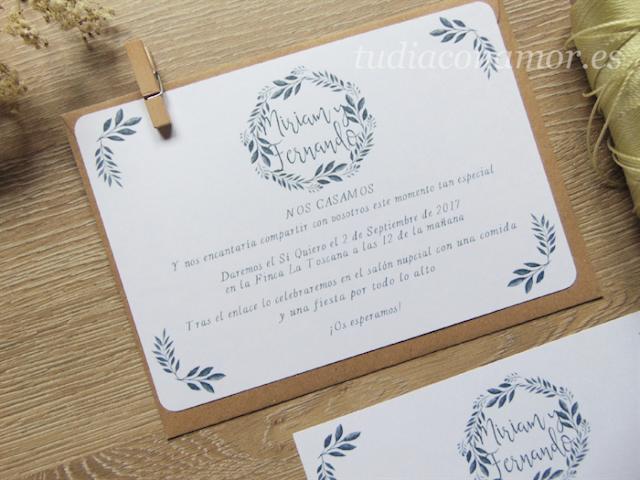 Invitación bonita y sencilla con corona de hojas pintadas en acuarela