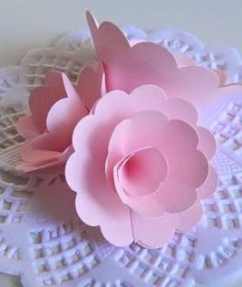 http://manualidadesreciclables.com/15118/hacer-rosas-de-papel-paso-a-paso