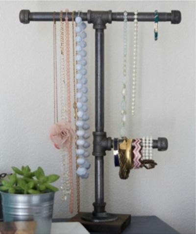 Gunakan pipa besi untuk memajang perhiasan dan aksesoris