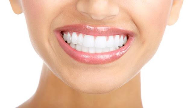 अपने दांतों को सफ़ेद करने के लिए चार घरेलू उपचार