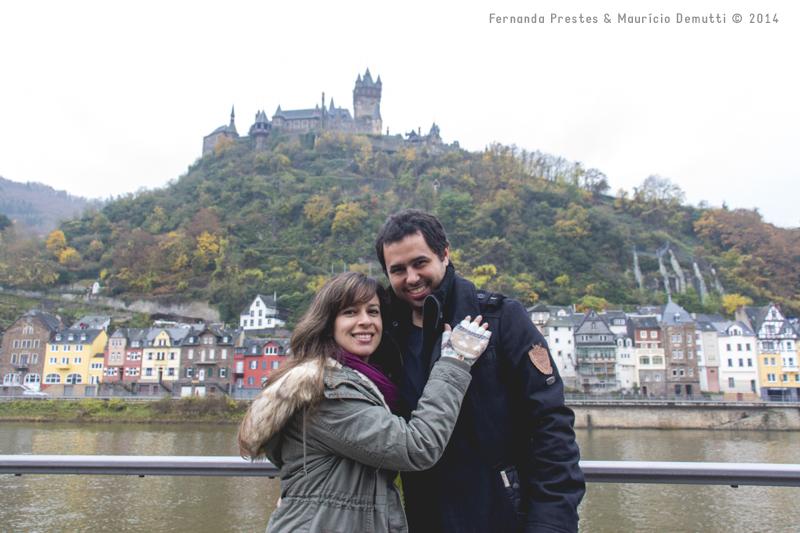 Rio Mosela e Castelo de Reichsburg em Cochem Aleamanha