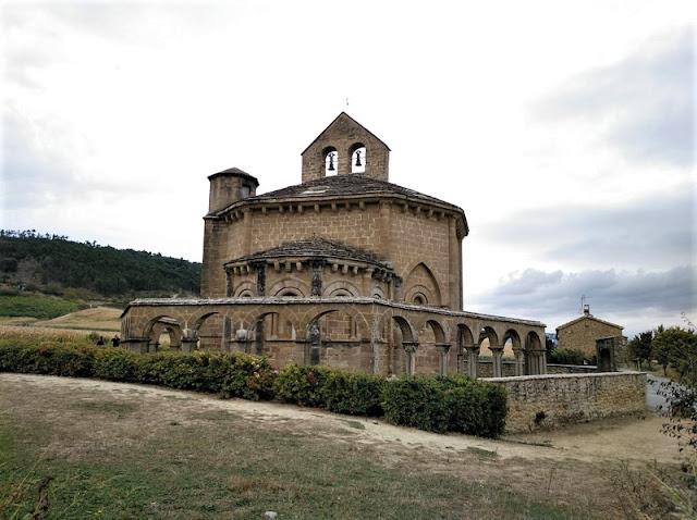 Santa María de Eunate desde el exterior viendo la arqueria, torre y campanario