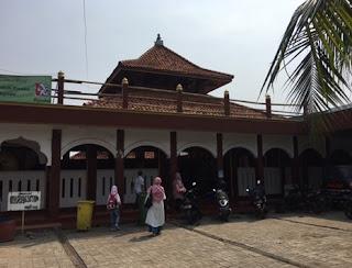 http://www.teluklove.com/2017/05/daya-tarik-objek-wisata-masjid-al-alam_13.html