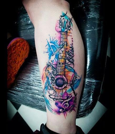 Aquarela estilos são ótimos para olhar com os traços suaves e cores. Aqui está outro aquarela desenho de tatuagem para os amantes da música.