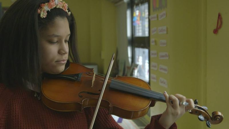 Um jeito manso o violino de joe as the film uncovers his violin ends up in the hands of brianna a young music obsessed student at the bronx global institute for girls fandeluxe Gallery