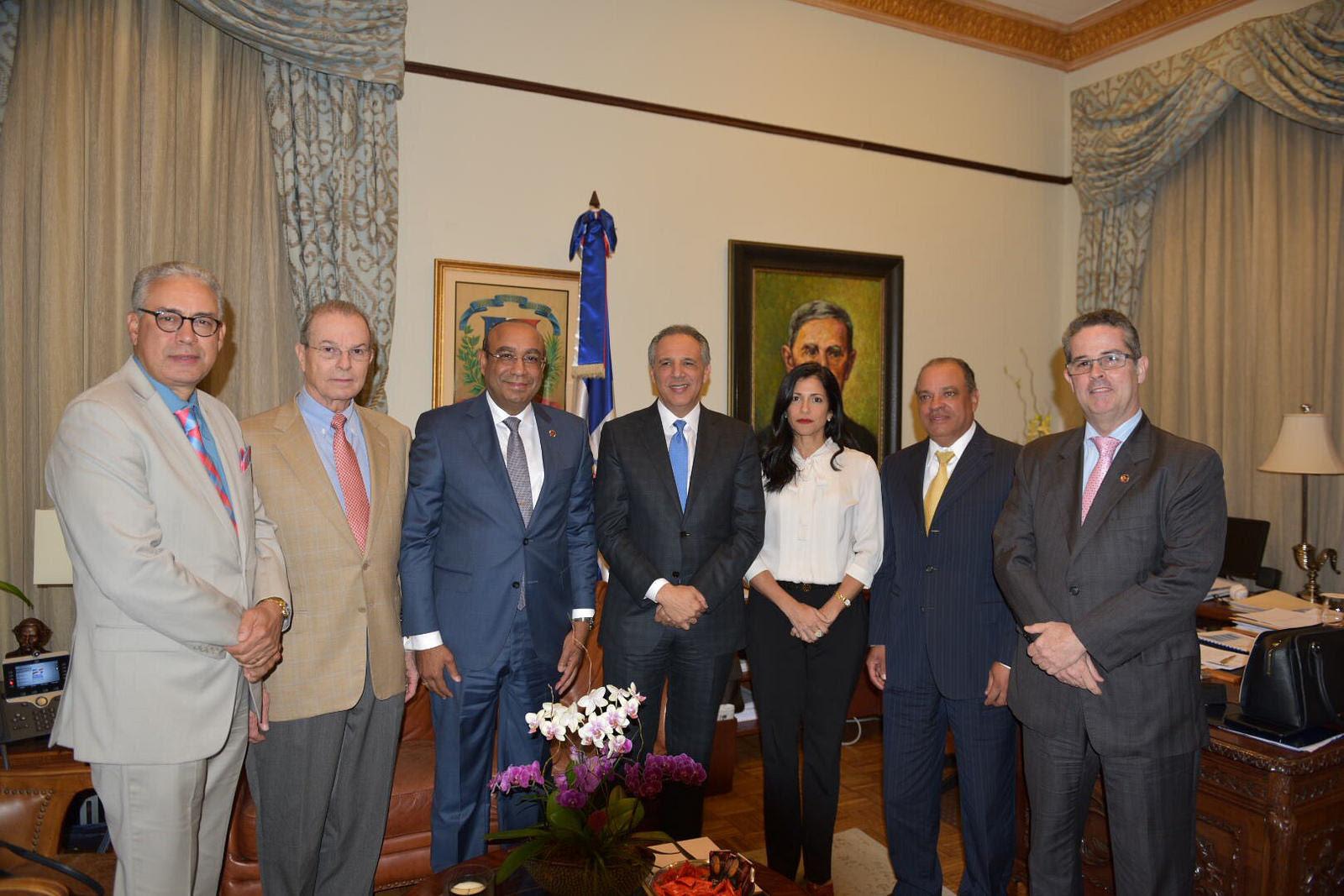 JR Peralta: firme compromiso del Gobierno con zonas francas; Adozona impulsará exportaciones