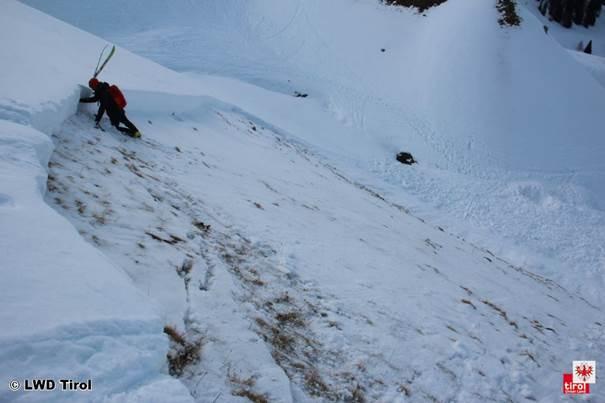 Der Lawinenanriss war zwischen ca. 40cm und 60cm hoch. Foto (c) LWD Tirol
