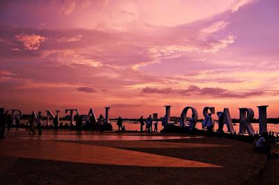 Menikmati keindahan Pantai Losari makassar