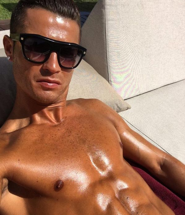 Cristiano Ronaldo flashes his toned abs in new photo