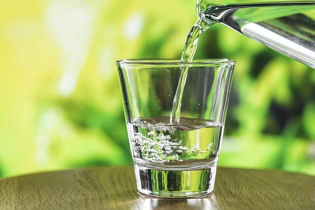 Air putih bening banget dalam gelas