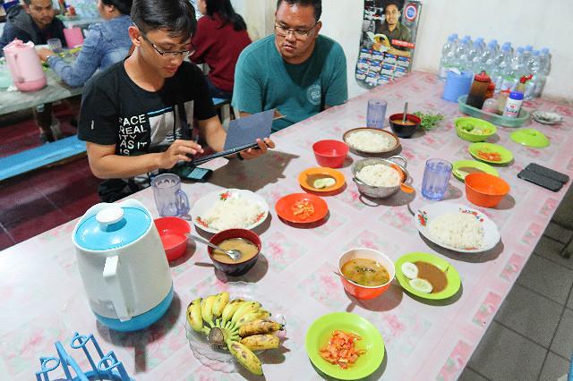 makan di warung pangkep sartika