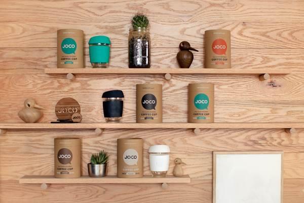 gelas kopi di rak dinding