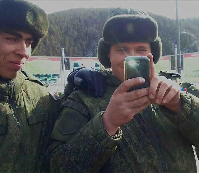 O  EXIF da selfie postada em rede social delata com extrema precisão  o local onde estavam estes soldados russos na hora da foto.