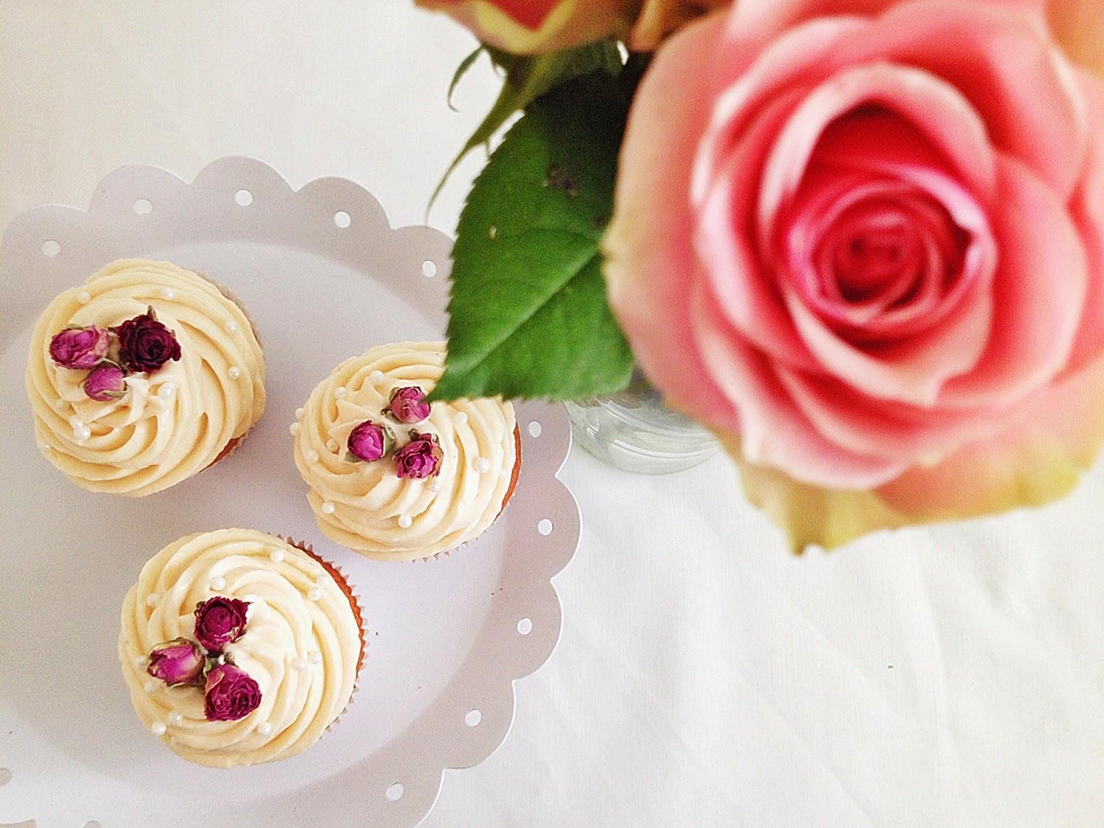 Cupcakes mit Rose von oben