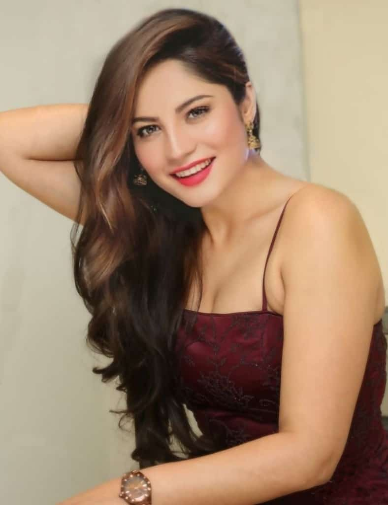neelam muneer sexy hairstyle, neelam muneer long hair hot,