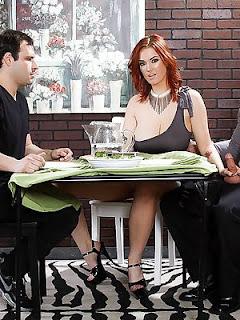 Mujer trae a cenar al peor enemigo de su marido y se lo folla delante de él