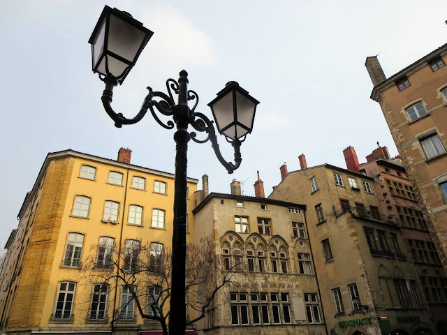 Vieux Lyon: lamppost and buildings