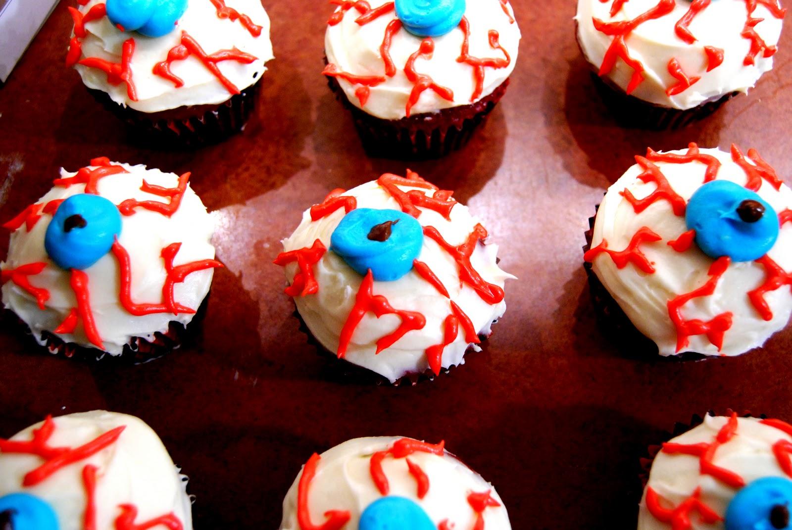 spatula: Happy Halloween! Eyeball Cupcakes
