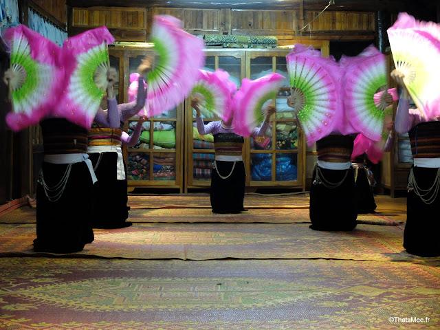 mai chau danse villageois thai blancs muong eventails