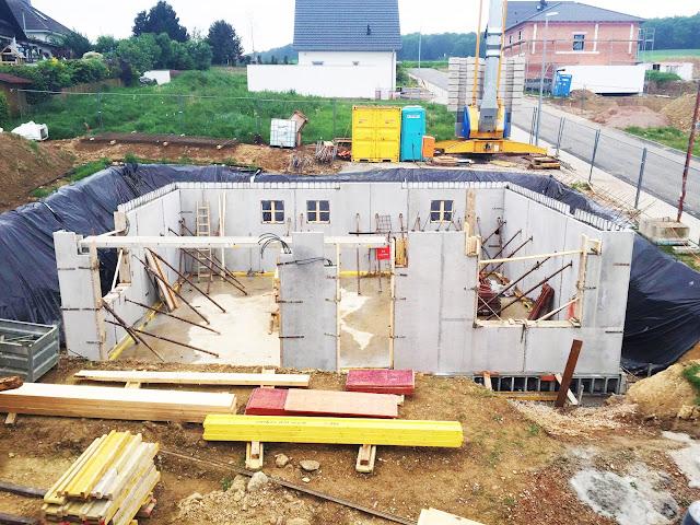 Fertigbetonwände Keller Rohbau mit Elektroinstallation