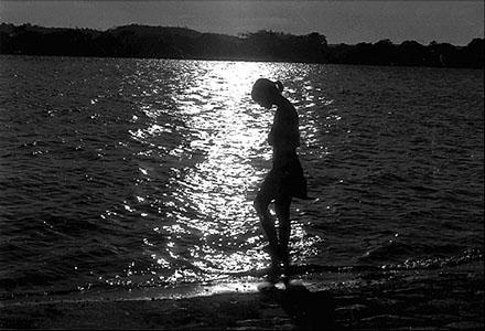 mulher-praia-a-noite.jpg