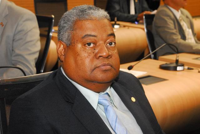 Vereador do Recife protagoniza cena engraçada ao ler ata ordinária na Câmara