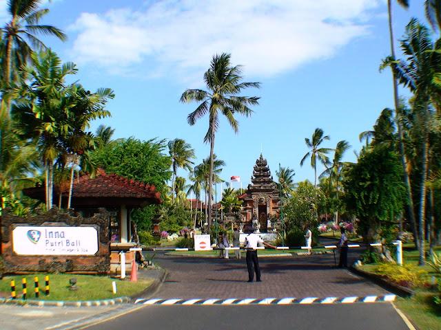 Фото общего вида подъезда к территории отеля, Бали